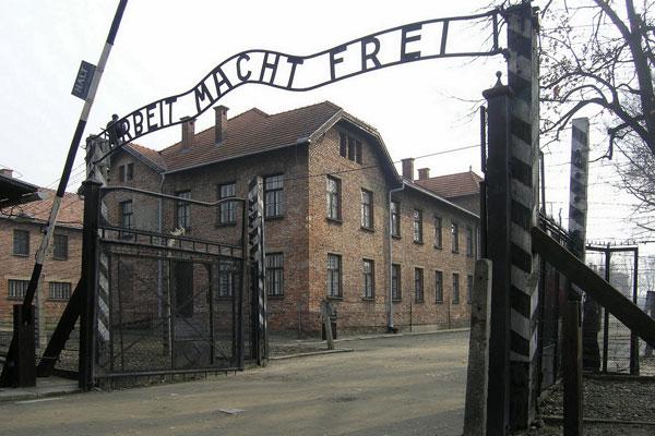Sétáld be a hátborzongató fotósorozat segítségével a szellemjárta Auschwitzi haláltábort!