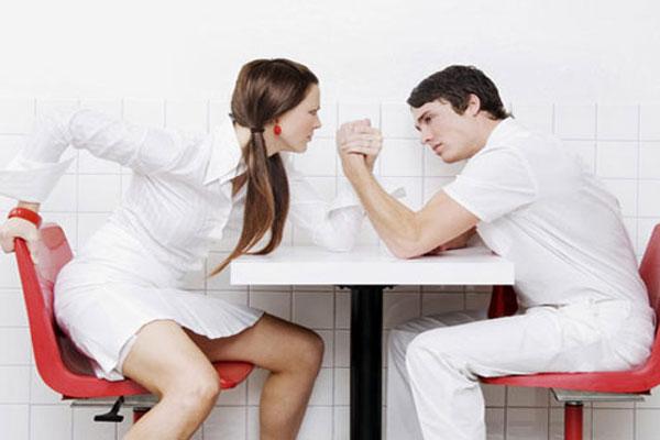 Ez a 4 viselkedés szörnyen taszítja a férfiakat