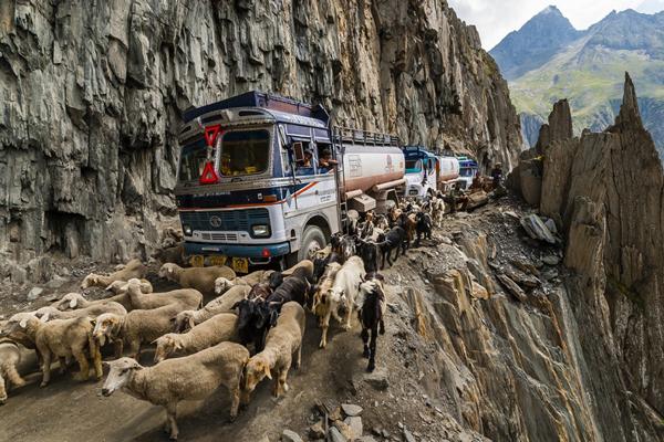 Csodáld meg a világ 15 legveszélyesebb útját!