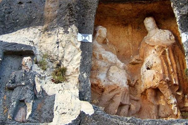 Ősi őrök a sziklafalban - Adamkayalar emberszobrai ...